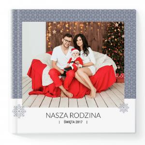 Szukasz prezentu świątecznego? Spersonalizowana fotoksiążka z własnymi zdjęciami zadowoli i wzruszy każdego. Kwadrat - szablon w kreatorze online Winter Story.